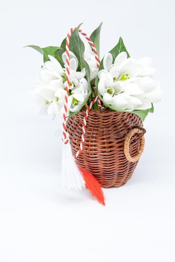 Schneeglöckchen und rotes und weißes Schnur martisor auf Weiß mit dem Kopienraum osteuropäisch zuerst von der Marschtraditionsfei stockfotos