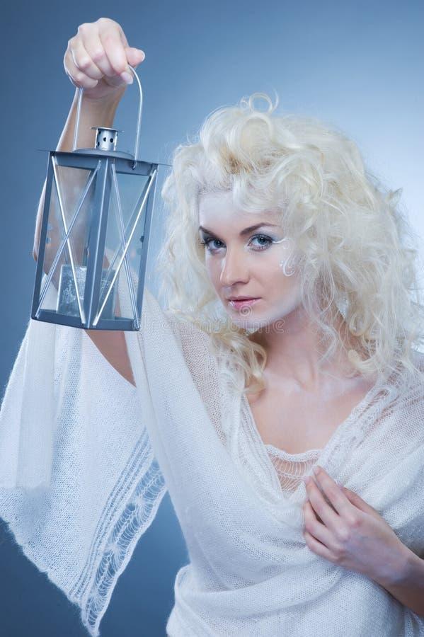 Schneekönigin mit einer Laterne stockbilder
