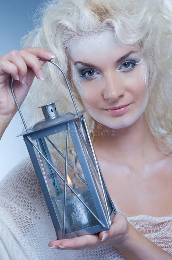 Schneekönigin mit einer Laterne stockfotografie