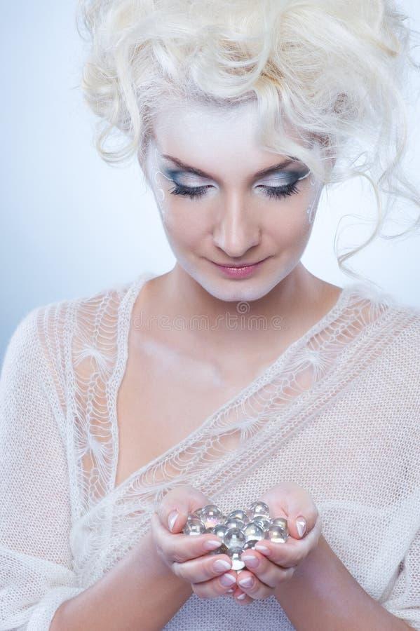 Schneekönigin mit einer Weihnachtsdekoration lizenzfreie stockfotos