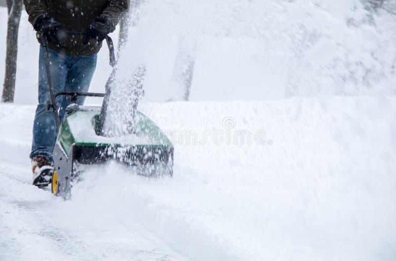 Schneekanone in der Aktion während eines Schneesturmes im Blizzard lizenzfreie stockfotos