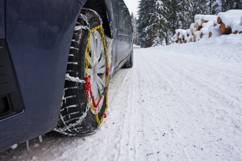 Schneeketten auf Winterstraße lizenzfreie stockbilder