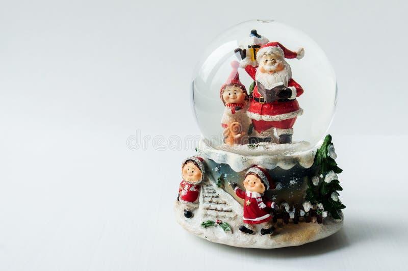 Schneekugel mit Santa Claus nach innen lizenzfreie stockfotografie