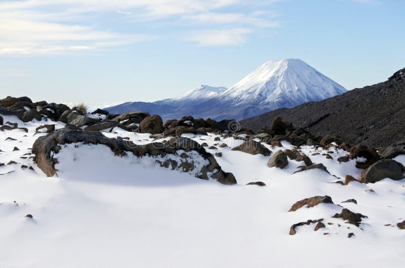 Schneelandschaft des Bergs Ngauruhoe in Nationalpark Tongariro lizenzfreies stockfoto