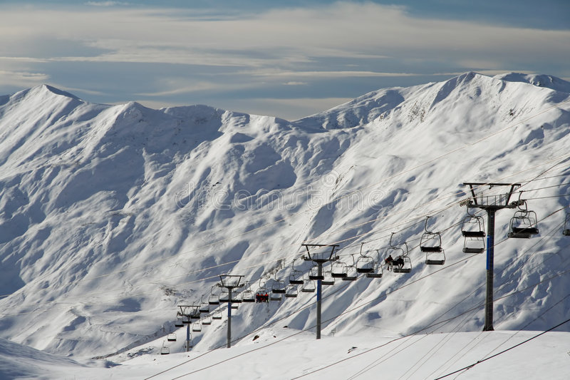 Schneelandschaft mit Kabelbahn stockfotografie