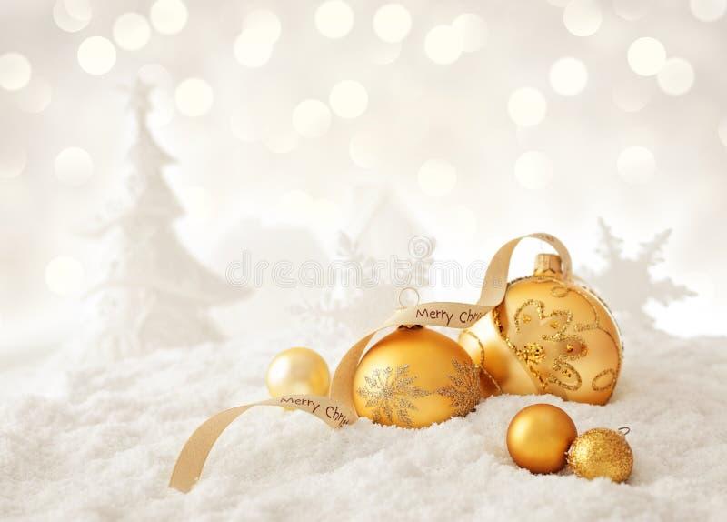 Schneelandschaft mit Weihnachtsverzierungen stockbild