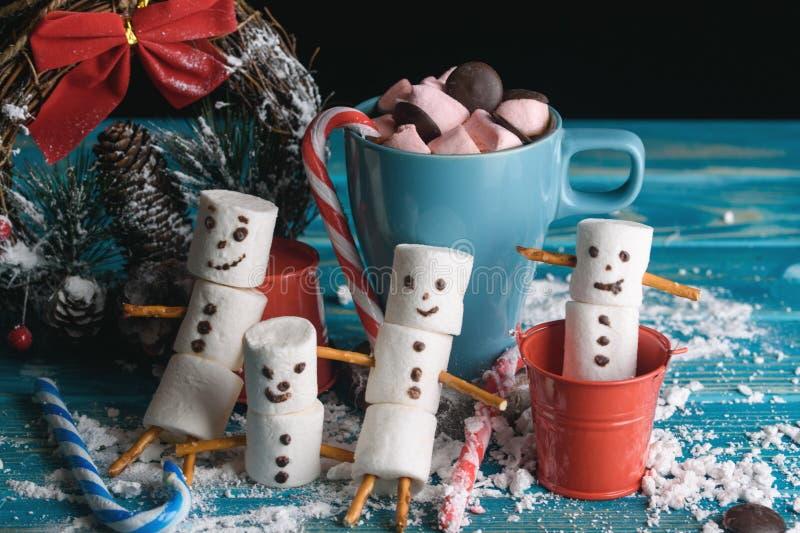 Schneemänner von den Eibischen Schneemänner des neuen Jahres Eine festliche Tabelle von lizenzfreie stockbilder