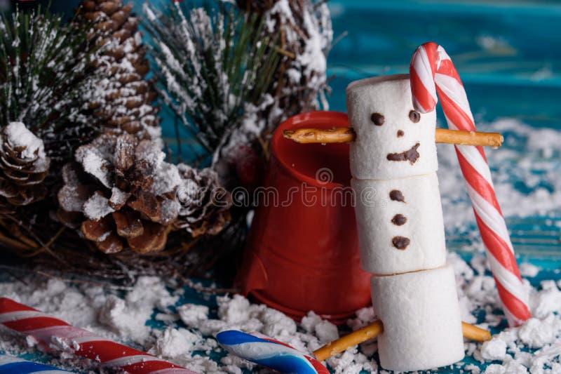 Schneemänner von den Eibischen Schneemänner des neuen Jahres Eine festliche Tabelle von stockfotografie