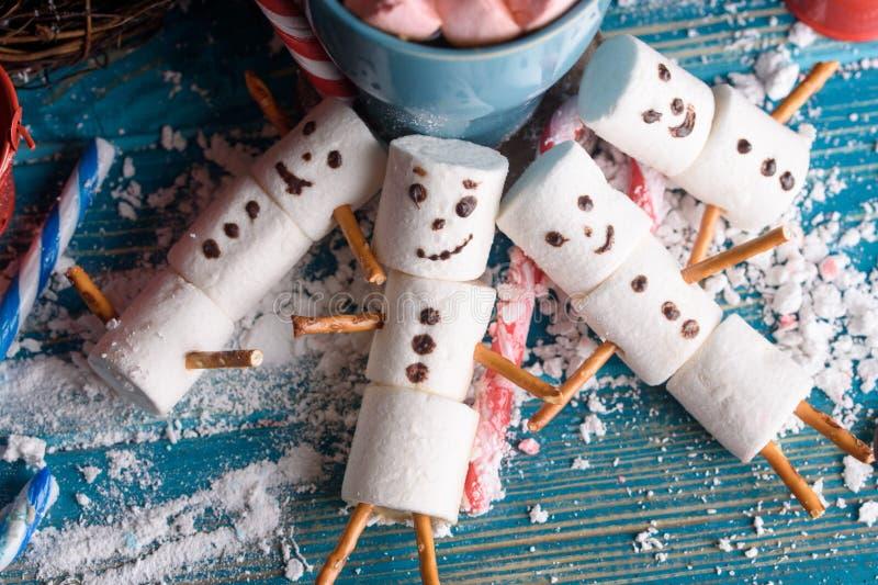 Schneemänner von den Eibischen Schneemänner des neuen Jahres Eine festliche Tabelle von stockfotos