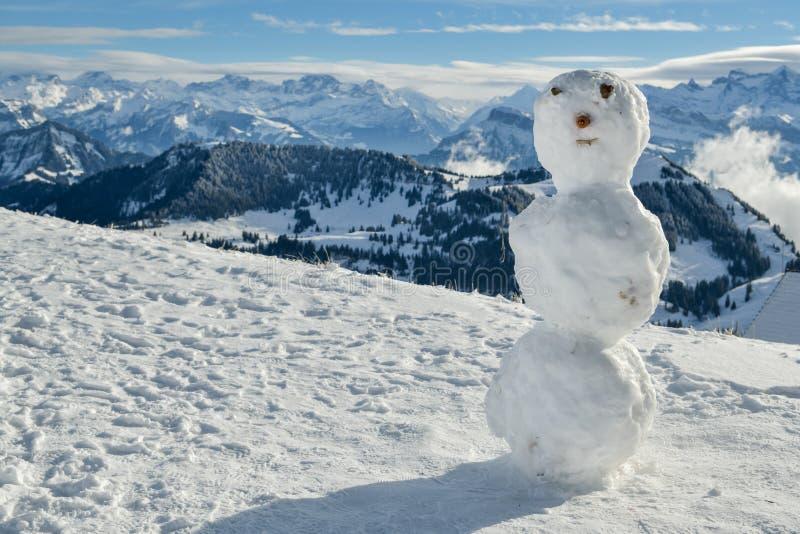 Schneemann auf Berg Rigi mit schönen Ansichten über Schweizer Alpen lizenzfreie stockfotografie