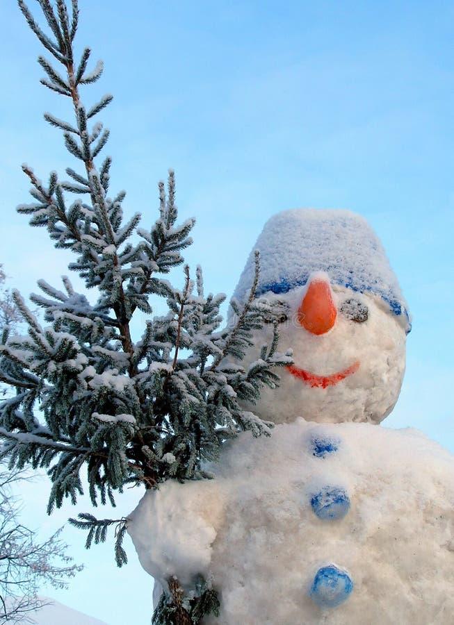 Schneemann mit einem Weihnachten-Baum stockfoto