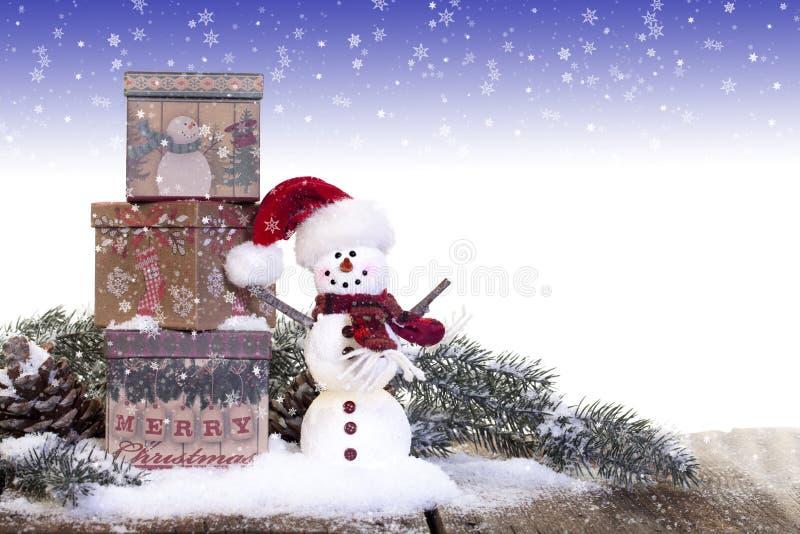 Schneemann mit Weinlese-Weihnachtsgeschenken lizenzfreie stockbilder