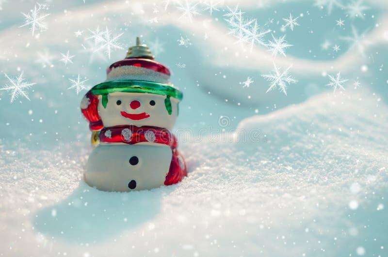 Schneemann und Schneeflocken auf Schneehintergrund lizenzfreies stockfoto