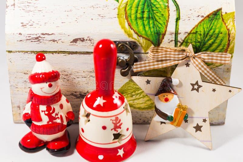 Schneemann-, Weihnachtsmann-Stern, Glocke und Holzkiste, Konzept von frohen Weihnachten und guten Rutsch ins Neue Jahr lizenzfreies stockfoto