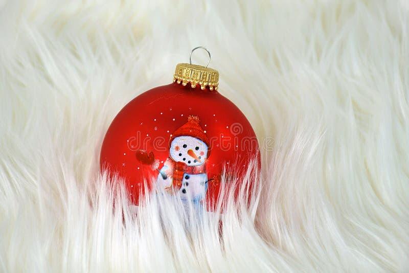 Schneemann-Weihnachtsverzierungen im Pelz stockfotografie