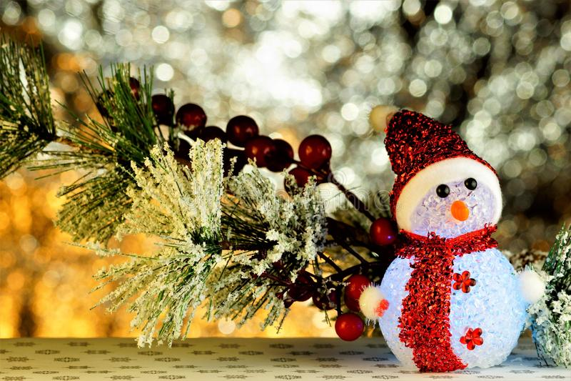 Schneemann-Winter-Spaß, einfache Schneeskulptur, geschaffen hauptsächlich von den Kindern Das Schneemannmodellieren ist ein Beisp lizenzfreie stockbilder