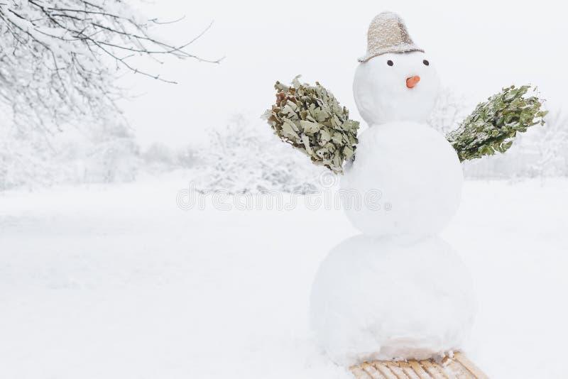 Schneemannbad mit Besen lädt zum Bad ein lizenzfreie stockbilder