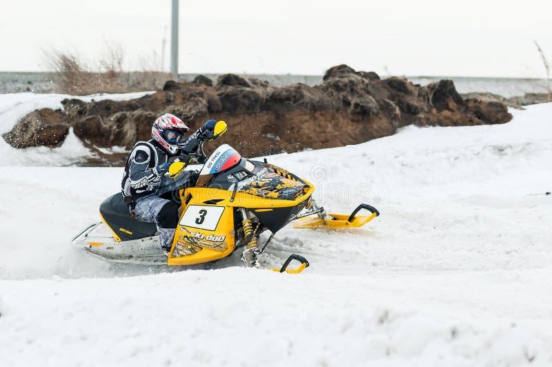 Schneemobil fahrung verschiebt sich auf Biegung der Sportbahn stockbild