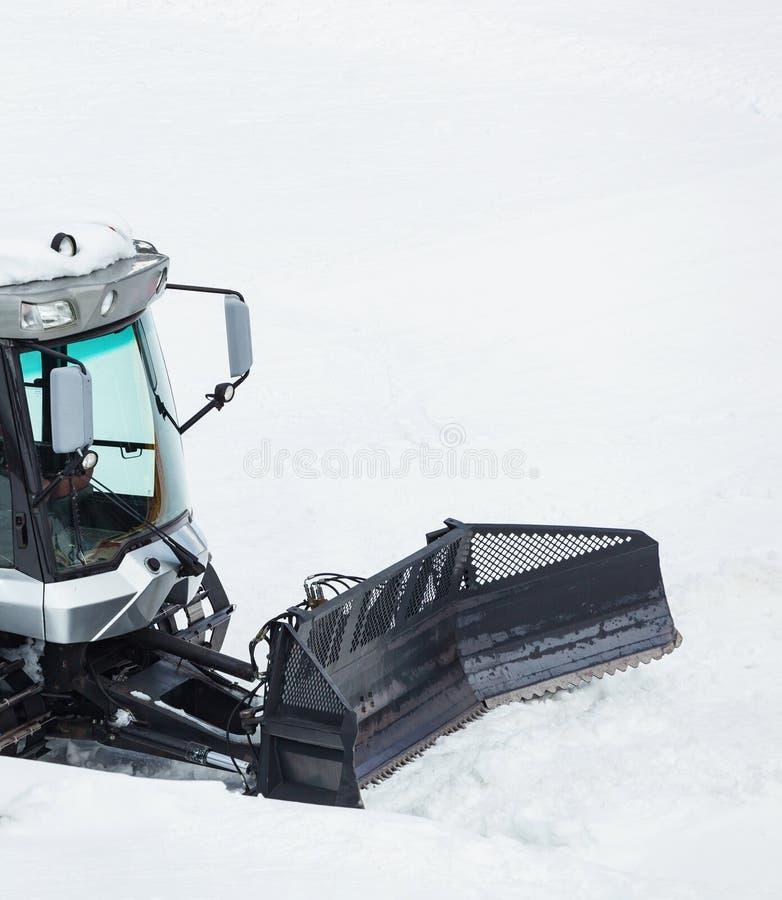 Schneepflug, der schneebedeckte Gebirgsstraße regelt lizenzfreie stockfotografie