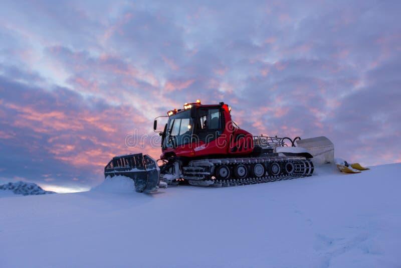 Schneepflugmaschine am schneebedeckten Skiort stockfoto