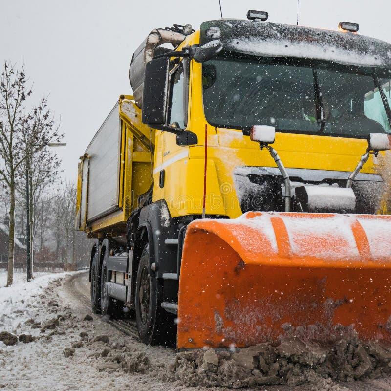 Schneepflugreinigungsstraße, Winterservice lizenzfreies stockfoto
