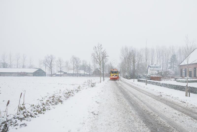 Schneepflugreinigungsstraße, Winterservice stockbilder