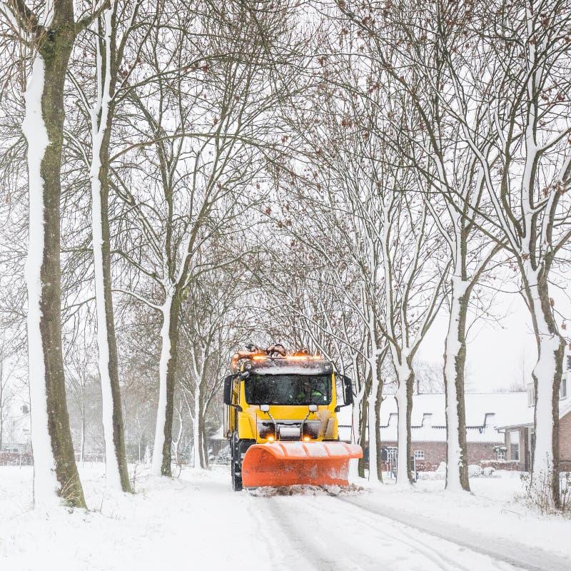 Schneepflugreinigungsstraße, Winterservice stockfoto