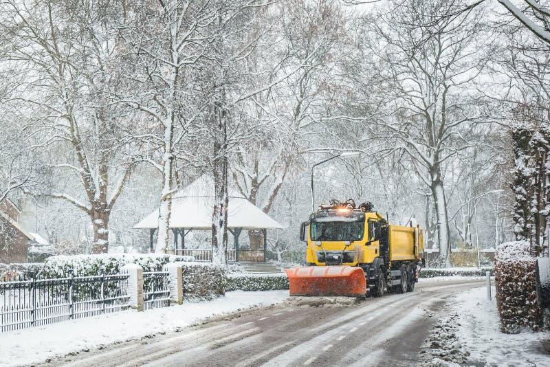 Schneepflugreinigungsstraße, Winterservice lizenzfreie stockfotos