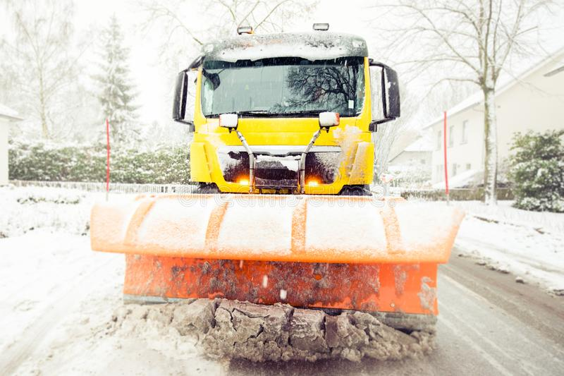 Schneepflugreinigungsstraße, Winterservice-LKW lizenzfreie stockfotos