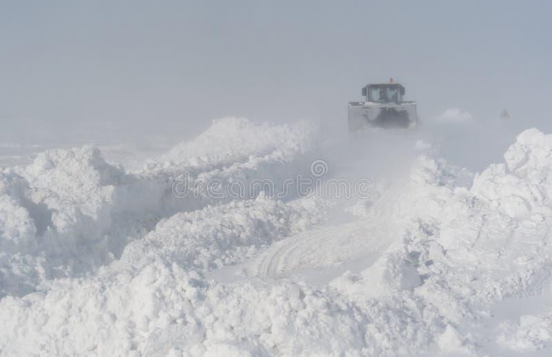 Schneereinigung auf der Straße nach einem Blizzard lizenzfreie stockfotografie