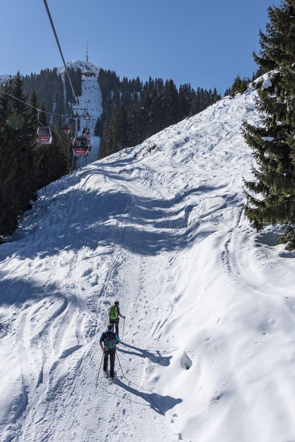 Schneeschuh Trekkers auf Wegwinterzeit Österreich stockbilder