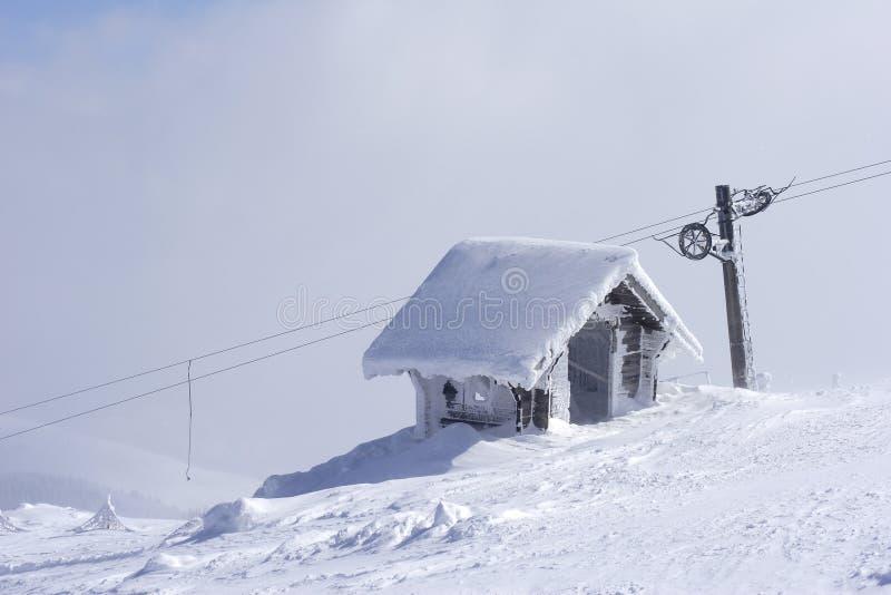 Schneeschutz auf die Gebirgsoberseite lizenzfreies stockbild