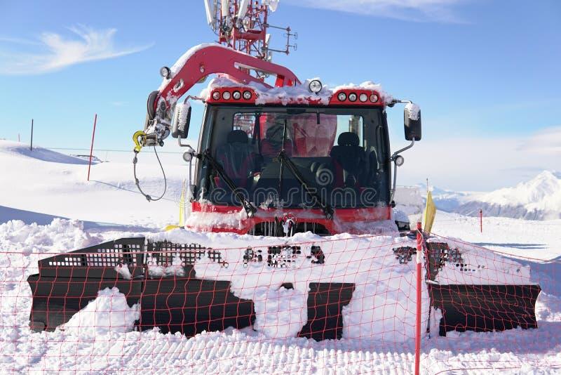 Schneeskiort-Reisesnowboarder am Schneewinter stockbild