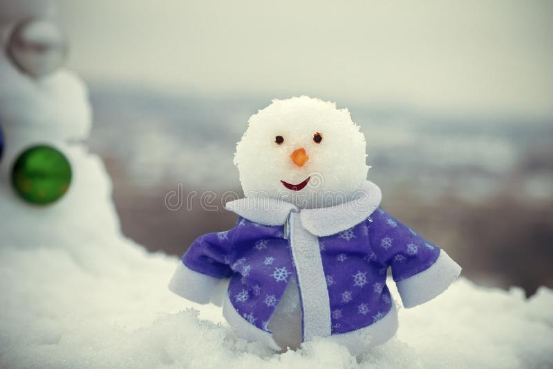 Schneeskulptur im blauen Mantel am Wintertag draußen lizenzfreie stockfotos