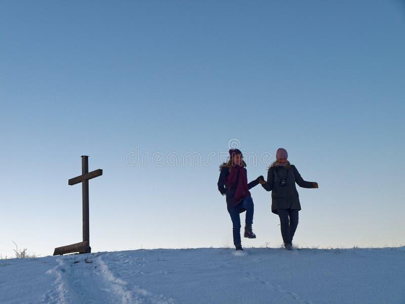Schneespaß mit zwei Frauen stockfotos