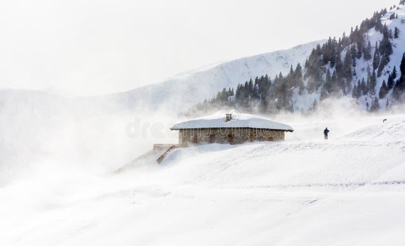 Schneesturm in den Bergen zur Winterzeit Berge von Trentino Alto Adige, Süd-Tirol stockfoto
