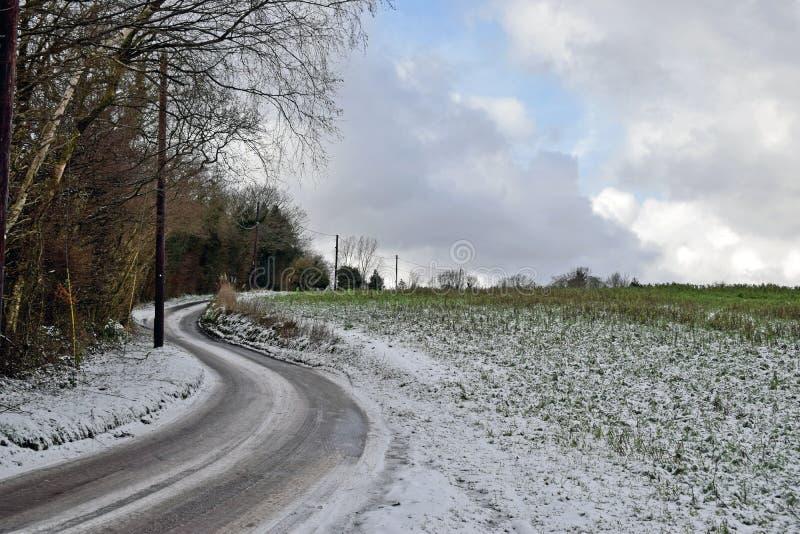 Schneeszene eines Feldweges im Herzen der Kent Country-Seite stockbilder