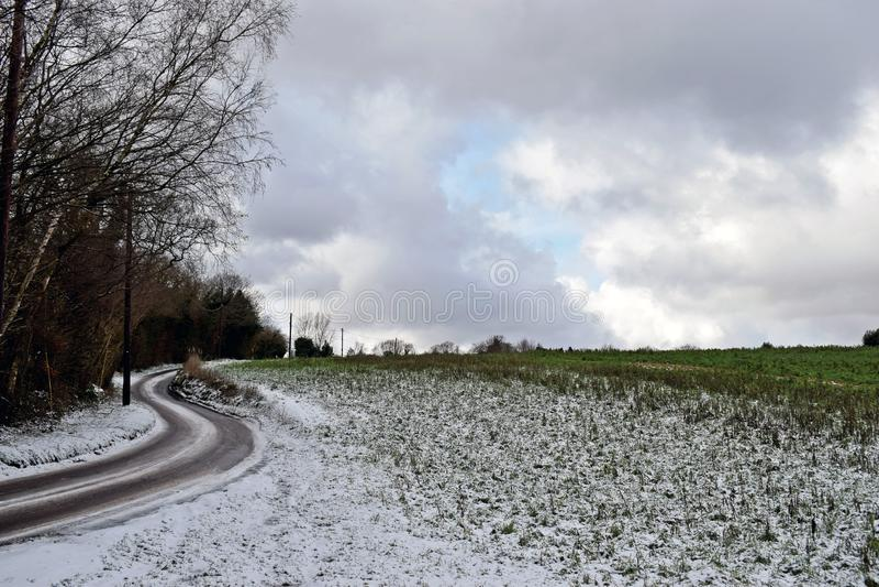 Schneeszene eines Feldweges im Herzen der Kent Country-Seite lizenzfreie stockbilder