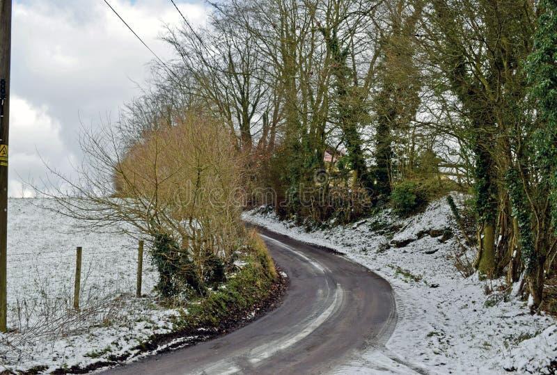 Schneeszene eines Feldweges im Herzen der Kent Country-Seite stockfoto
