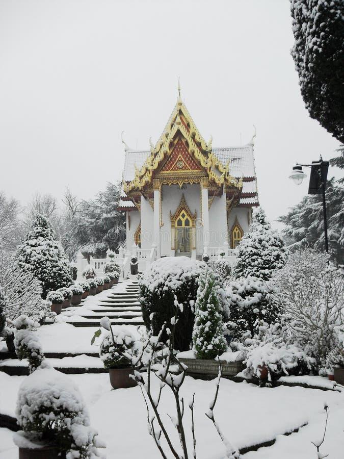 Schneeszene - thailändischer Tempel lizenzfreie stockfotos