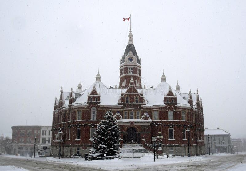 Schneetag bei Stratford City Hall, Ontario lizenzfreie stockfotos