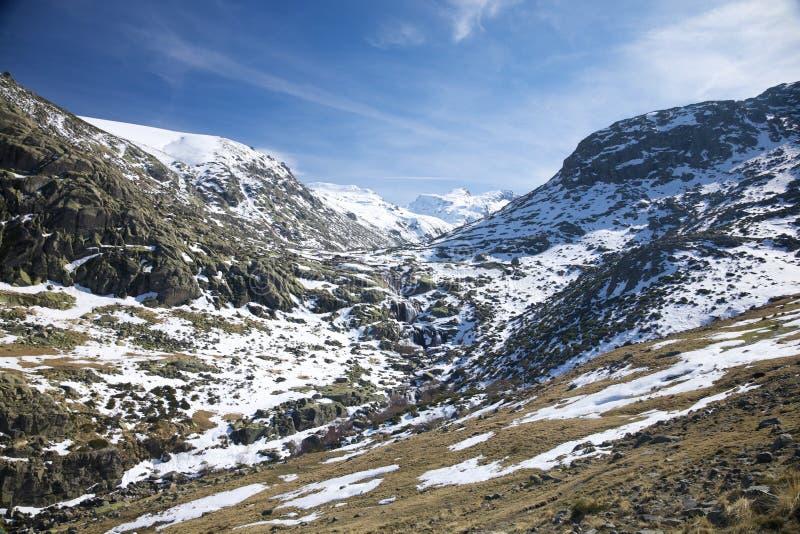 Schneetal an den Gredos Bergen lizenzfreie stockfotografie