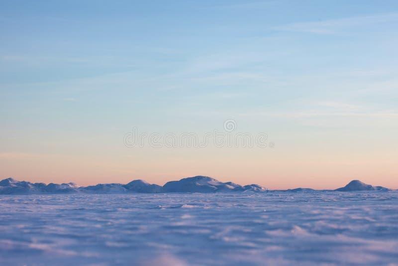 Schneewüste und blauer Winterhimmel Berge auf dem Horizont stockfoto