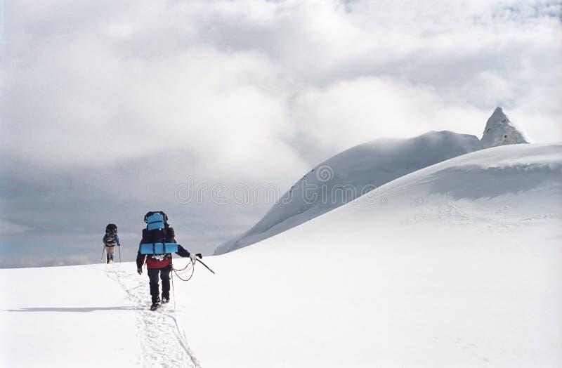Schneeweg auf den Tian-Shan Bergen stockbild