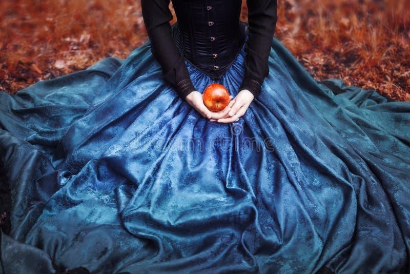 Schneewittchen-Prinzessin mit dem berühmten roten Apfel lizenzfreie stockfotografie