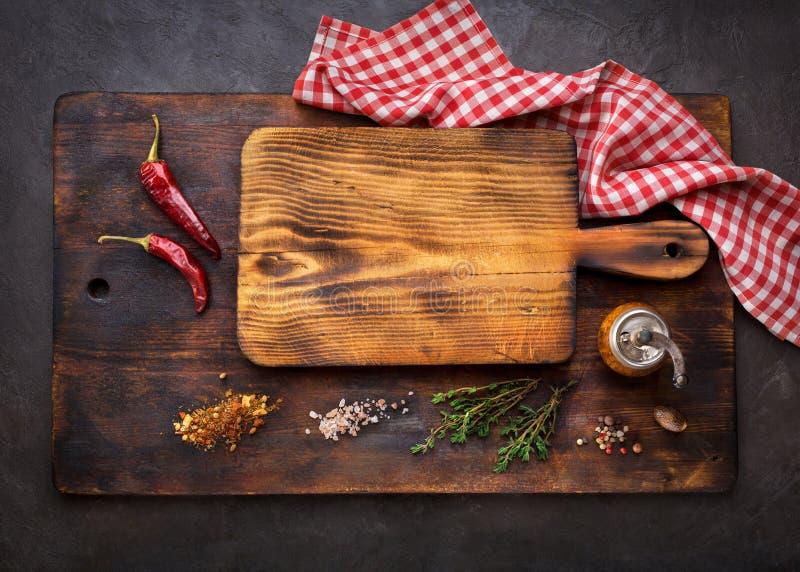 Schneidebretter und Gewürz für das Kochen lizenzfreies stockfoto