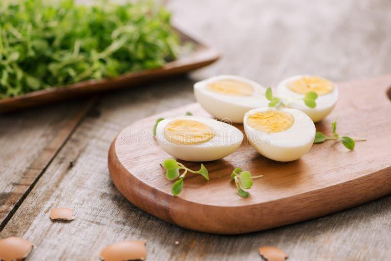Schneiden der hart gesotten Eier in zwei lizenzfreies stockbild