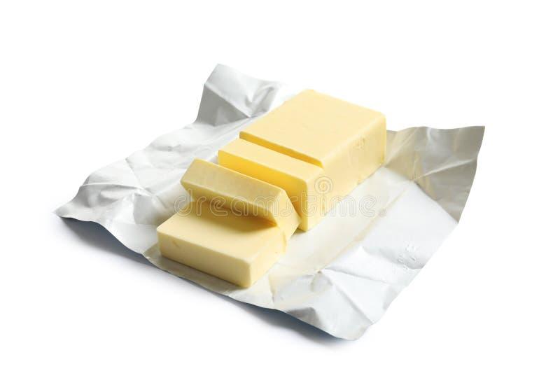 Schneiden Sie Block der frischen Butter mit Verpackung stockbild