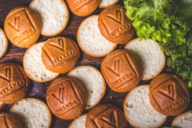 Schneiden Sie Brötchen für Burger auf dem Tisch lizenzfreie stockfotografie