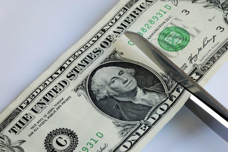 Schneiden Sie den Dollarschein mit Scheren stockfotografie